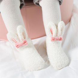 Meia infantil coelhinho felpudo com anti derrapante